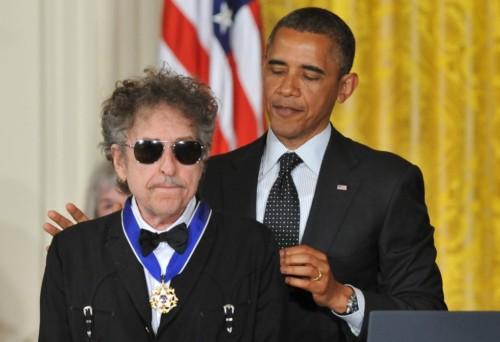 dylanimagenbarack-obama-entregala-medalla-presidencial-de-la-libertad-durante-una-ceremonia-en-la-casa-blanca-2012